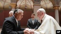 Papa Francis akibadilishana zawadi na Waziri Mkuu wa Hungary Viktor Orban, katika Jumba la Makumbusho la Sanaa Budapest, Jumapili, Septemba 12, 2021.