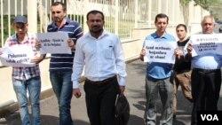"""""""Azadlıq"""" qəzetinin kollektivi """"Qasid"""" Firmasının ofisi qarşısında etiraz aksiyasında Seymur Həzi"""