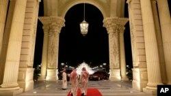 Warga Saudi berjalan di pintu masuk Hotel Ritz-Carlton, di Riyadh, Arab Saudi, 4 Maret 2013. (Foto: dok). Puluhan tahanan elit dilaporkan ditahan di ballroom yang dijaga ketat sebagai bagian dari penyelidikan korupsi yang meluas di negara ini.