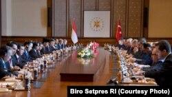 Delegasi Indonesia yang dipimpin oleh Presiden Joko Widodo bertemu dengan Presiden Turki Reccep Tayyip Erdogan di Istana Kepresidenan Turki, di Ankara, 6 Juli 2017 (Foto : Setpres RI)