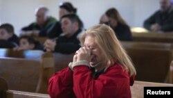Suplicar a Dios es la esperanza que tienen estos católicos que asistieron al primer servicio del domingo en la iglesia de Nuestra Señora de Lourdes.