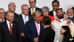 2019年6月28日,中国国家主席习近平与美国总统在日本大阪G20峰会上握手寒暄。(AP图片)