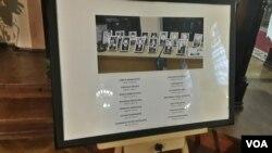 Стенд с фотографиями и именами погибших около Вильнюсской телебашни