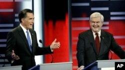 ຜູ້ສະມັກເລືອກຕັ້ງເປັນປະທານາທິບໍດີສະຫະລັດຂອງພັກຣີພັບບລິກກັນ ອະດີດຜູ້ປົກຄອງລັດມັດຊາຈູເຊັດ ທ່ານ Mitt Romney (ຊ້າຍ) ແລະທ່ານ Newt Gingrich, ອະດີດປະທານສະພາຕໍ່າຂອງສະຫະລັດ ໂຕ້ວາທີກັນ ທີ່ເມືອງດີມອຍ, ລັດໄອໂອວາ ໃນຄືນວັນທີ 10 ທັນວາ, 2011.