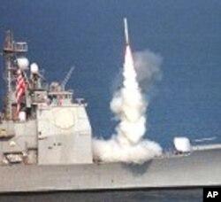 Míssíl Tomahwak é disparado de um navio de guerra