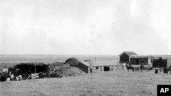 1889年拍摄的堪萨斯定居者造的草房和农场的照片