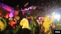 北京民众在八达岭长城倒计时迎接2014新年的到来(美国之音东方拍摄)