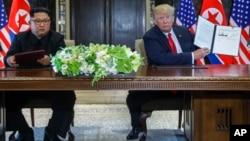 美国总统川普举起与北韩领导人金正恩签署的联合声明