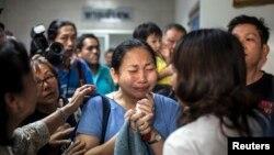 Người thân và bạn bè người bị thương an ủi nhau bên ngoài phòng cấp cứu một bệnh viện ở Bangkok, ngày 26 tháng 1, 2014.