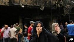 برخی مردم بعد از خاموش شدن آتش به محل انفجار در کراده بغداد آمدند.