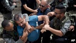 지난 23일 금요기도회에 앞서 예루살렘 옛도시에서 팔레스타인 남성이 이스라엘 경찰과 몸싸움을 벌이고 있다.