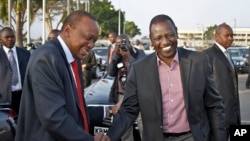 Kenyan President Kenyatta (L) shakes hands with Deputy President Ruto, Nairobi, Oct. 12, 2013.
