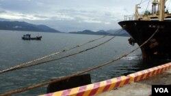 Một chiếu thuyền đánh cá tại Cảng Cam Ranh (D. Schearf/VOA)