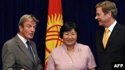 Predsednica Kirgistana Roza Otunbajeva sa francuskim i nemačkim šefom diplomatije, Bernarom Kušnerom i Gvidom Vesterveleom, tokom sastanka OEBS-a, 16. jul 2010.