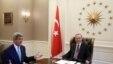 Tổng thống Thổ Nhĩ Kỳ Recep Tayyip Erdogan (phải) họp với Ngoại trưởng Mỹ John Kerry tại Ankara, 12/9/2014. (AP/Văn phòng Báo chí Tổng thống Thổ Nhĩ Kỳ.)