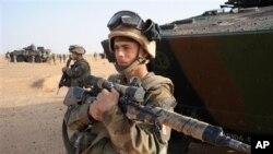 지난해 2월 아프리카 말리 북부 지역에서 알카에다 연계 무장세력에 대항해 싸우는 프랑스군 저격수가 장갑차 앞에 서 있다. (자료사진)