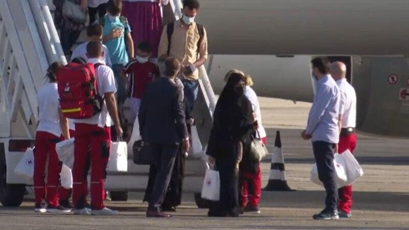 Втора група од Авганистан долета на скопскиот аеродром – мажи, жени, деца и неколку постари лица