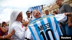 Une religieuse tient un maillot portant le numéro de Leonel Messi, sur la place St.-Pierre du Vatican (13 juillet 2014).