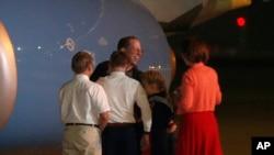福尔抵达俄亥俄州赖特-帕特森空军基地受到家人欢迎