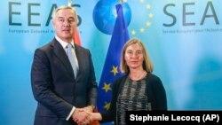 Visoka predstavnica EU Federika Mogerini i predsednik Crne Gore Milo Đukanović u Briselu (Foto: Pool via AP/Stephanie Lecocq)