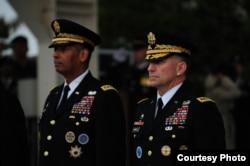 미한연합사령관 이ㆍ취임식에서 전임자인 빈센트 브룩스 사령관과 신임 로버트 에이브럼스 사령관이 나란히 서 있다. 사진제공=UNC - CFC - USFK official flickr.