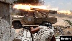 지난 7월 리비아 시르테에서 미군의 지원을 받는 친정부 무장대원들이 ISIL과 교전을 벌이고 있다. (자료사진)