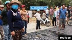 Người dân ở thành phố Cam Ranh, tỉnh Khánh Hòa đổ cá chết ra đường.