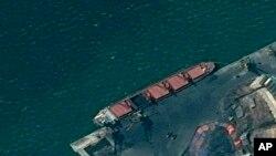 Kapal kargo Korea Utara, Wise Honest, berlabuh di sebuah pelabuhan, dalam foto citra satelit yang dirilis oleh Departemen Kehakiman AS. (Foto: AP)