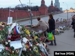 涅姆佐夫遇害十多天后,仍然不断有民众去事发地点献花哀悼。(美国之音白桦拍摄)