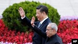 26일 중국 베이징을 방문한 프라납 무커지 인도 대통령(아래)이 인민대회당 앞에서 열린 환영식에서 시진핑 중국 국가주석과 함께 손을 흔들고 있다.