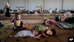 کودکان سوری در اردوگاه آوارگان در مرز ترکیه - ۹.۵ میلیون سوری در جریان جنگ داخلی آواره شده اند - عکس از آرشیو