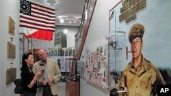 6.25전쟁 당시 맥아더 장군의 공적에 대해 설명하는 윌리엄 데이비스 맥아더 재단 사무총장(오른쪽).