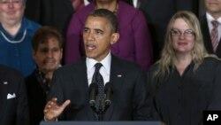 El presidente Obama gesticula mientras habla sobre la economía y el déficit en el salón Este de la Casa Blanca, este viernes 9 de noviembre de 2012.