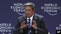 ປະທານາທິບໍດີ ຊູຊີໂລ ບໍາບັງ ຢຸດໂທໂຢໂນ ແຫ່ງອິນໂດເນເຊຍ ກ່າວຄໍາປາໃສ ຕໍ່ກອງປະຊຸມກ່ຽວກັບເອເຊຍ ຕາເວັນອອກ ຂອງສະພາເສດຖະກິດໂລກ ຫລື World Economic Forum ທີ່ນະຄອນຫລວງຈາກາຕາ, ວັນທີ 12 ມິຖຸນາ 2011. (AP Photo/Dita Alangkara)