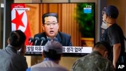 រូបឯកសារ៖ លោក Kim បង្ហាញចេតនាចង់ស្តារទំនាក់ទំនងជាមួយកូរ៉េខាងត្បូងដើម្បីតម្កើងសន្តិភាពនៅខែតុលា។ (AP)