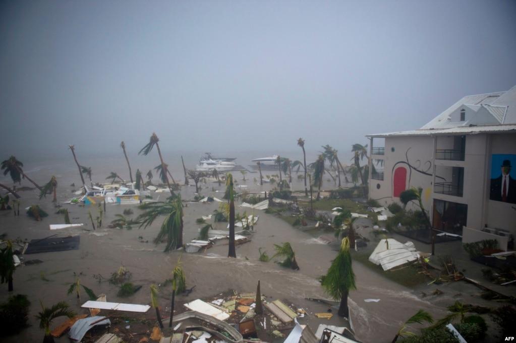 지난 6일(현지시간) 허리케인 '어마'가 상륙한 카리브해 생마르탱의 프랑스령 해안 호텔. 프랑스와 네덜란드, 영국 정부가 식수와 긴급 식량, 구호요원 등을 현지에 급파했다. 허리케인 여파로 최소한 10명이 숨졌다.