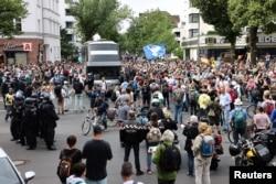 برلن میں کرونا وائرس پر کنٹرول سے متعلق حکومتی اقدامات کے خلاف مظاہرہ۔ یکم اگست 2021