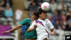26일 치러진 런던 올림픽 축구 예선 1차 경기에서 한국팀 박주영 선수(오른쪽)와 멕시코팀 하비에르 아퀴노 선수.