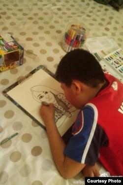 夏俊峰的兒子夏健強在做畫(伊能靜微博圖片)