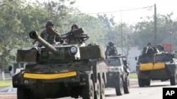 Des blindés de la force Licorne en patrouille à Abidjan