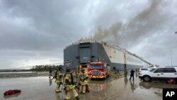 Petugas pemadam kebakaran Jacksonville (JFRD) tiba di lokasi kebakaran setelah ledakan di atas kapal, di Jacksonville, Florida, Kamis, 4 Juni 2020.