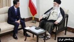 برخی کاربران از دمپایی پوشیدن رهبر جمهوری اسلامی در این ملاقات مهم انتقاد کردند.