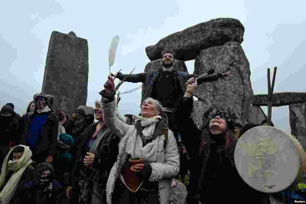 Coronavirus xəstəliyinin (COVID-19) yayılması fonunda rəsmi tədbirlərin ləğvinə baxmayaraq, insanlar Britaniyanın Amesburi şəhəri yaxınlığındakı Stonehenge qədim daş dairəsinə toplaşıb