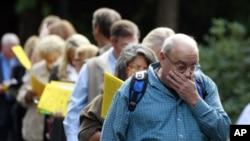 失業人士上個月在華盛頓州波特蘭的一個招工會上排隊等候機會