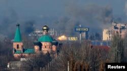 烏克蘭政府軍與親俄分離分子在頓涅茨克戰鬥,機場的大樓冒出黑煙
