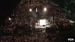 2014年,香港维多利亚公园六四烛光晚会。(VOA视频截图)