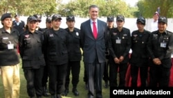 امریکی سفیر پاکستانی خواتین پولیس اہلکاروں کے ہمراہ