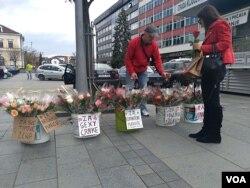 Jedan od načina prodaje cvijeća za Osmi mart u Banjaluci