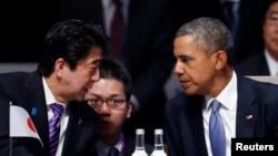 지난달 24일 네덜란드 헤이그에서 열린 제3차 핵안보정상회의에서 바락 오바마 미국 대통령(오른쪽)과 아베 신조 일본 총리가 대화하고 있다.