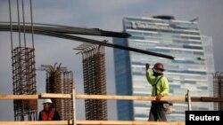 El sujeto falleció en la construcción en proceso del Wilshire Grand Center en Los Ángeles, California.